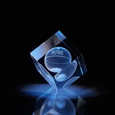 Laser in glas. Kubus afgevlakte hoek